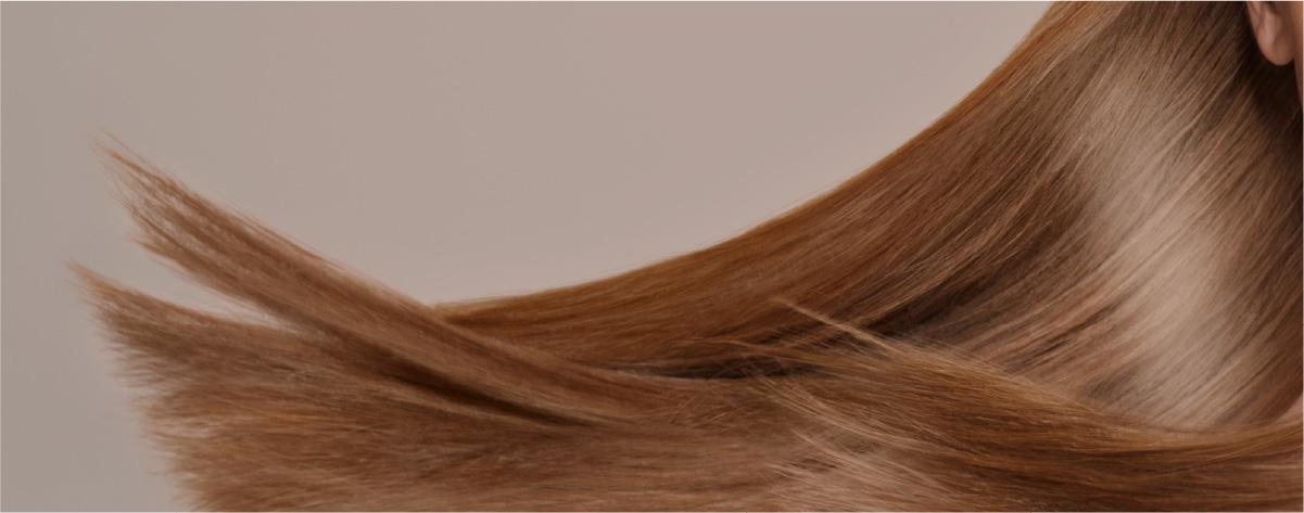 なびく女性の長髪